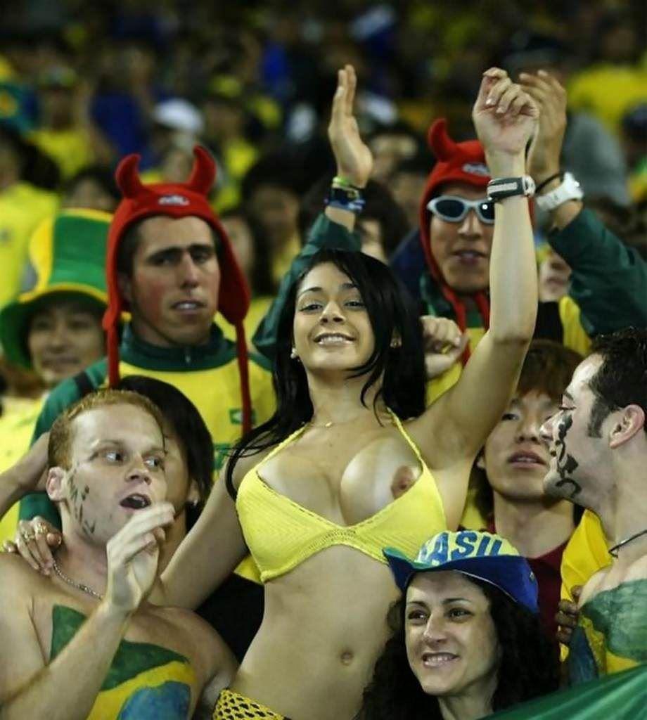 【君たちはやりすぎた】サッカーW杯のスウェーデン戦勝利後、お祭り騒ぎに乗じてタクシーを破壊した3人のトップレスのファンを捜査中 YouTube動画>1本 ->画像>25枚