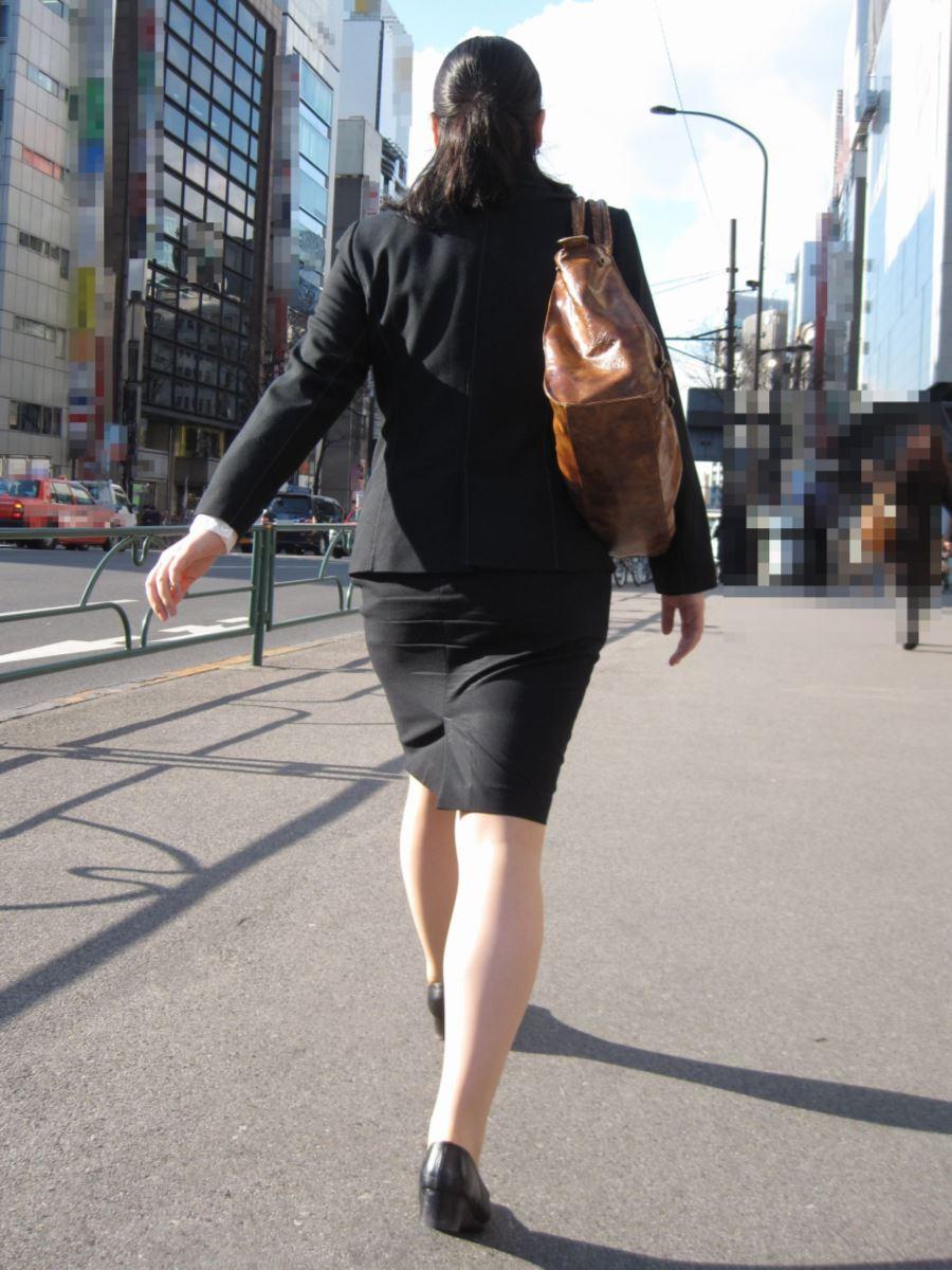 タイトスカートのOL街撮りエロ画像 41