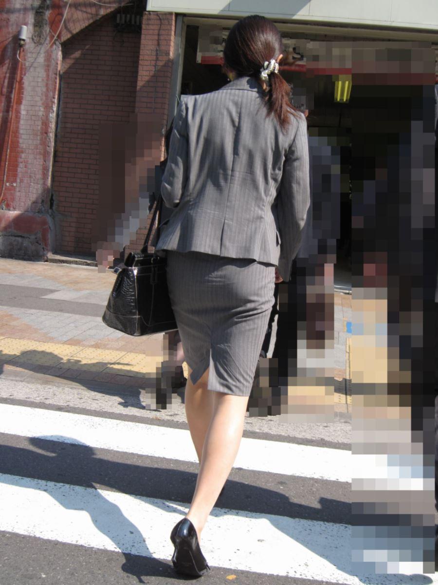 タイトスカートのOL街撮りエロ画像 49