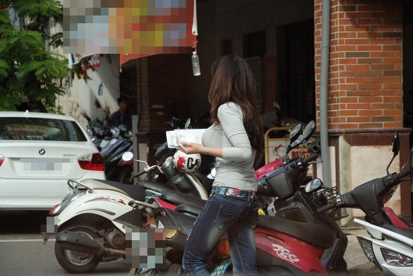 巨乳素人の街撮りオッパイ画像 23