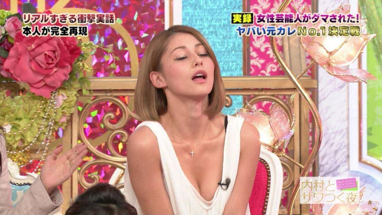 芸能人や女子アナの胸チラ画像 1