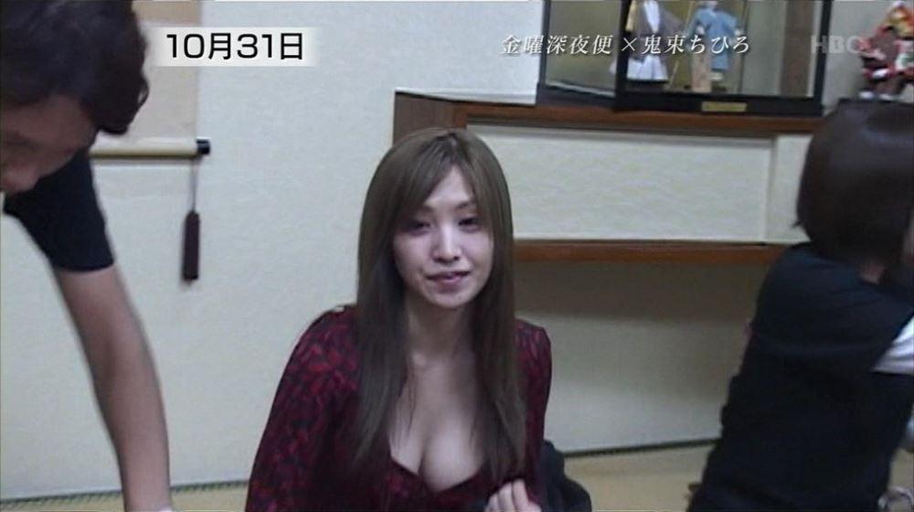 芸能人や女子アナの胸チラ画像 33