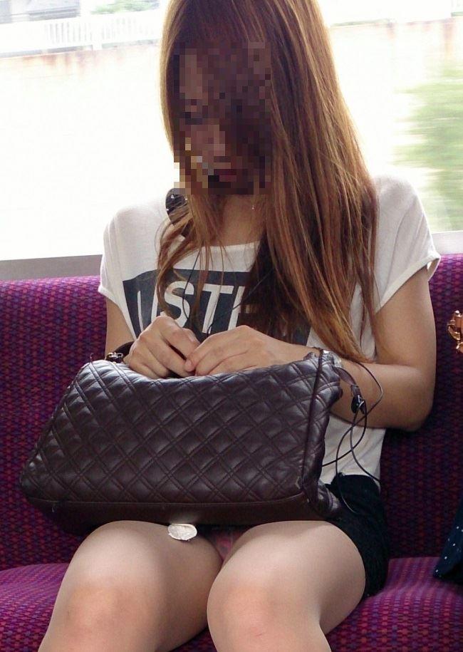電車内の対面パンチラ画像 6