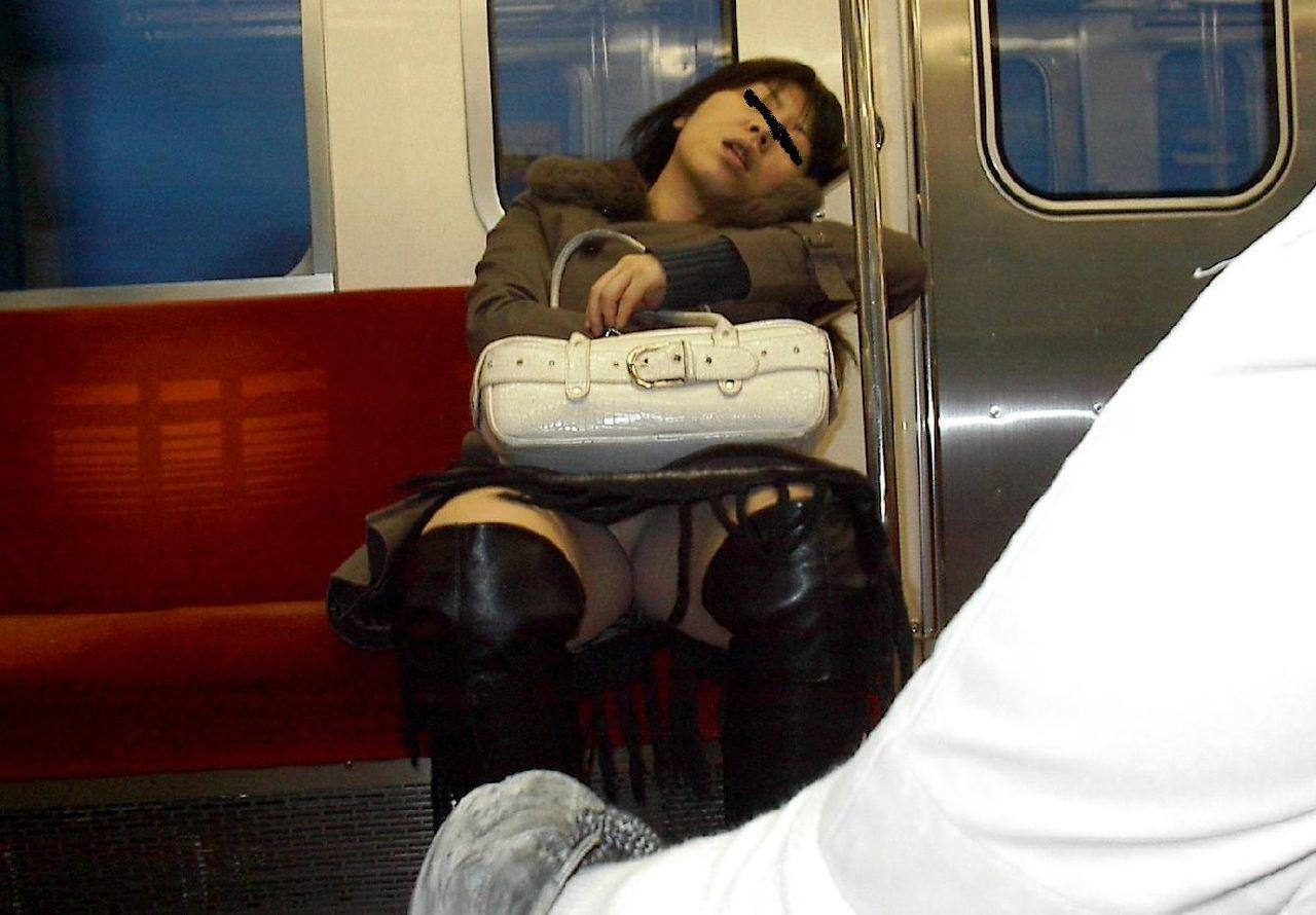 電車内の対面パンチラ画像 13