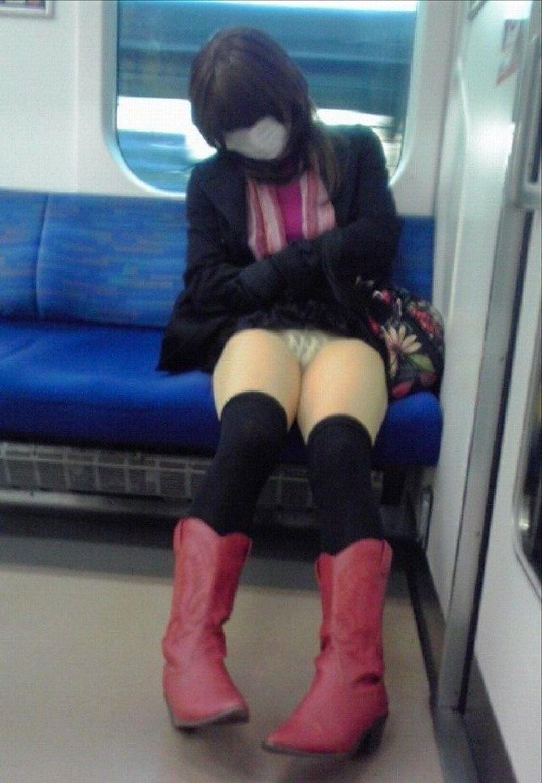 電車内の対面パンチラ画像 15
