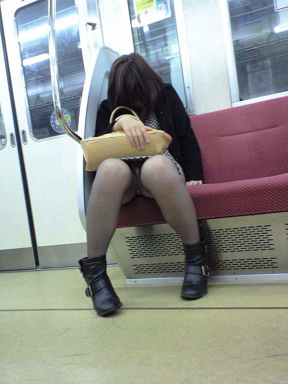 電車内の対面パンチラ画像 18
