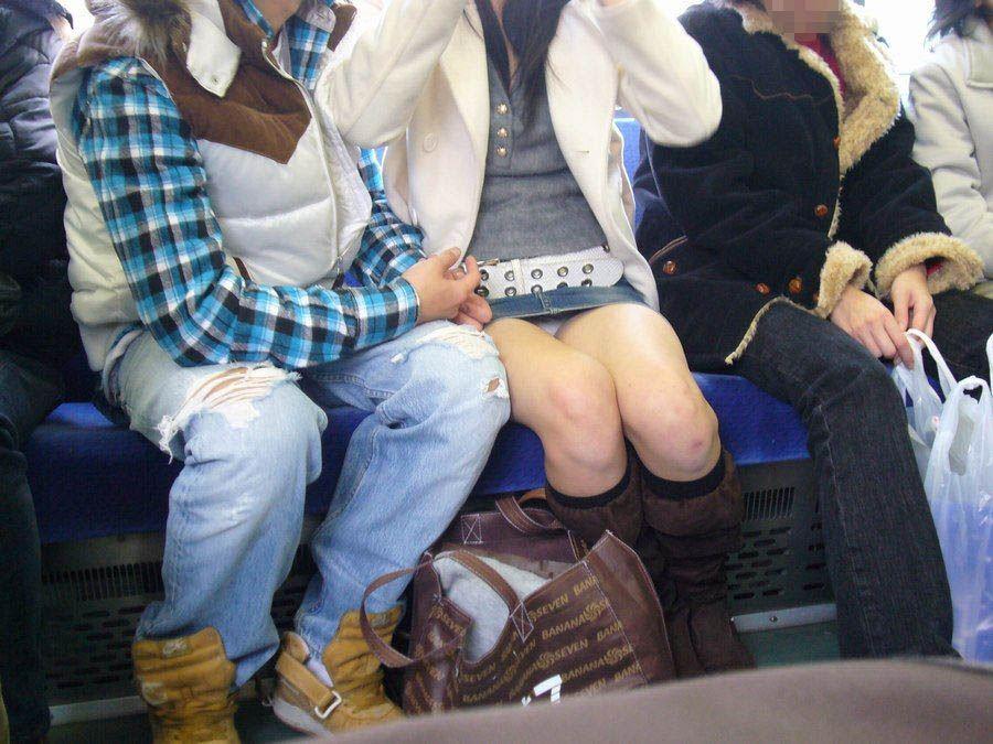 電車内の対面パンチラ画像 20