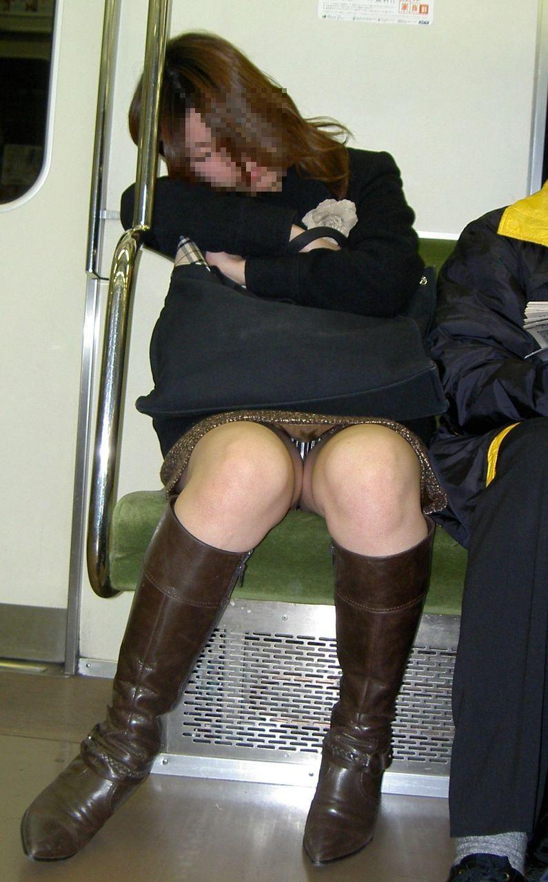 電車内の対面パンチラ画像 24