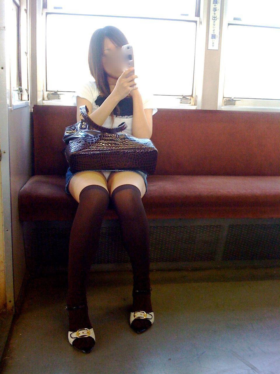 電車内の対面パンチラ画像 25