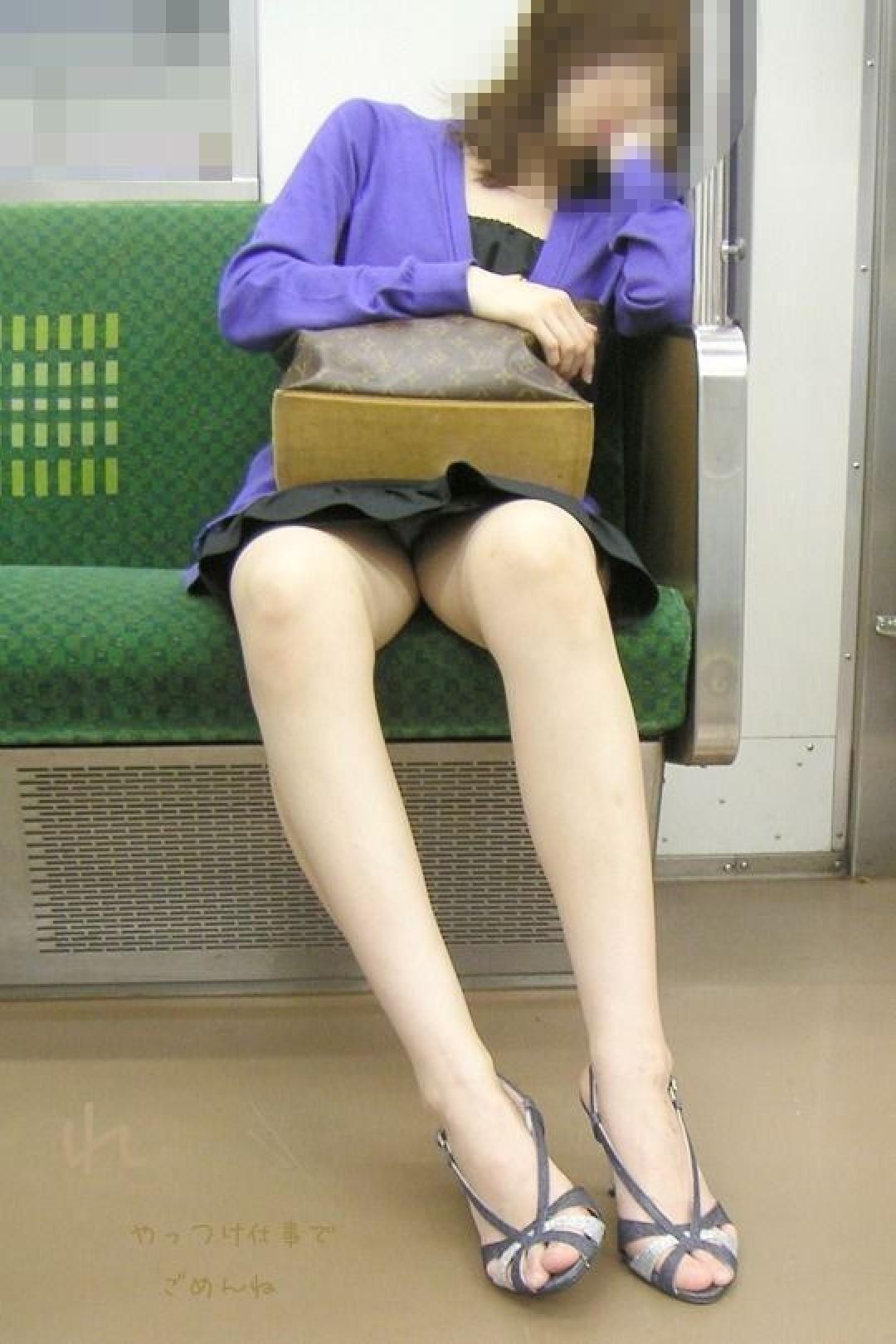 電車内の対面パンチラ画像 27