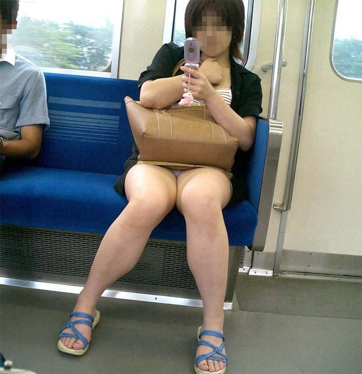 電車内の対面パンチラ画像 36