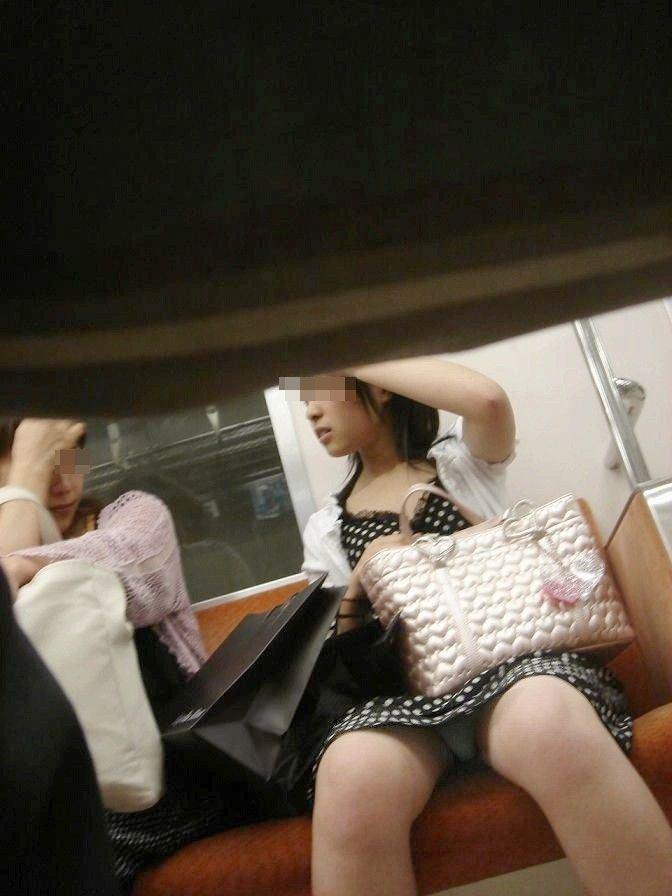 電車内の対面パンチラ画像 41