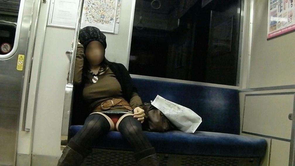電車内の対面パンチラ画像 44