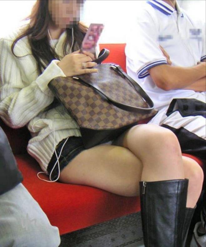 電車内の対面パンチラ画像 45
