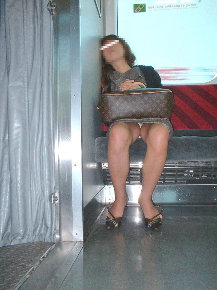 電車内の対面パンチラ画像 48