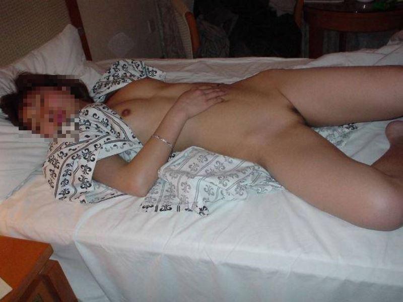 おまんこ全開で熟睡する素人プライベート画像 46