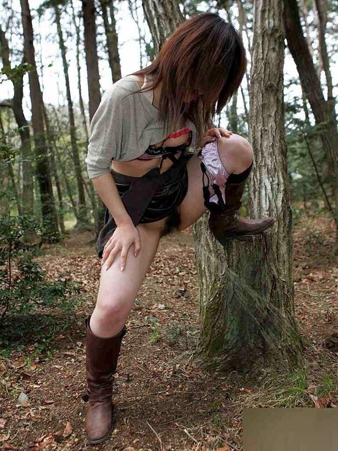 女性の野外おしっこ画像 3