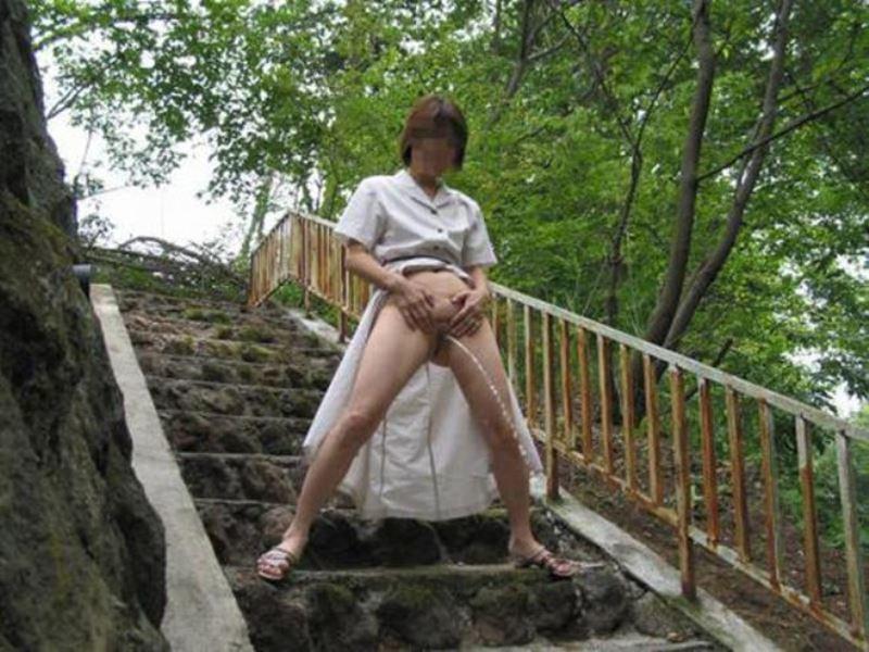 女性の野外おしっこ画像 28