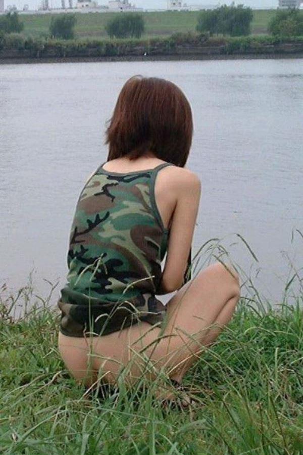女性の野外おしっこ画像 31