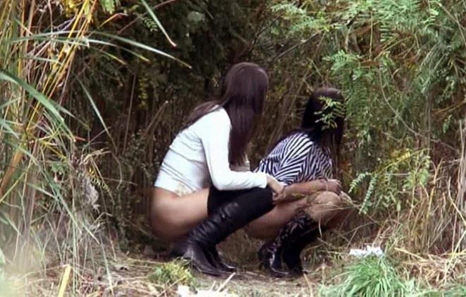 女性の野外おしっこ画像 34