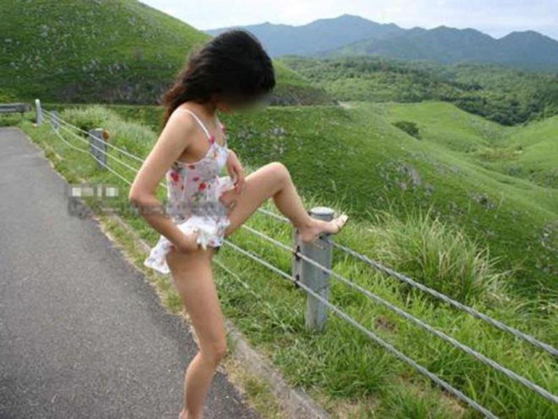 女性の野外おしっこ画像 45