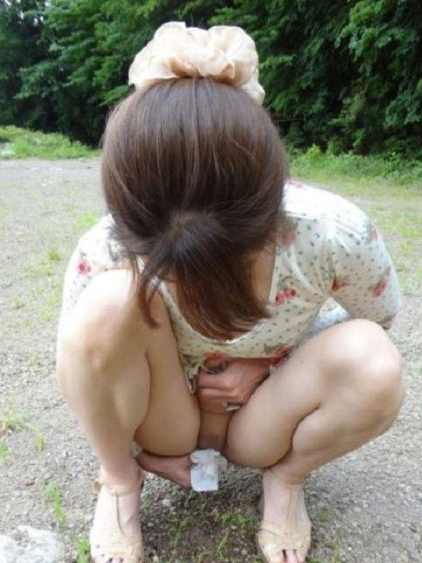 女性の野外おしっこ画像 49