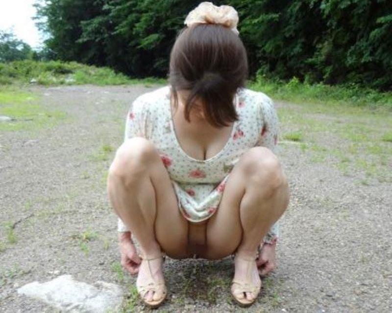女性の野外おしっこ画像 50