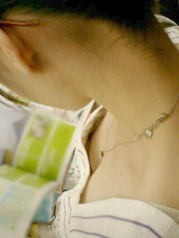 素人女性の浮きブラ乳首チラ画像
