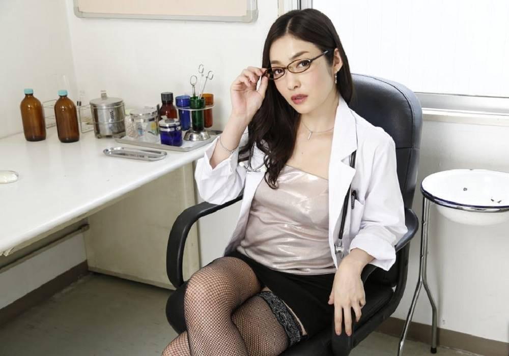 白衣がエッチな女医エロ画像 8