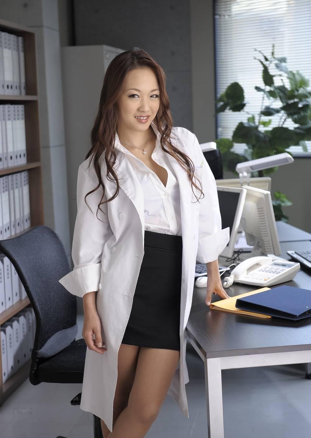 白衣がエッチな女医エロ画像 21