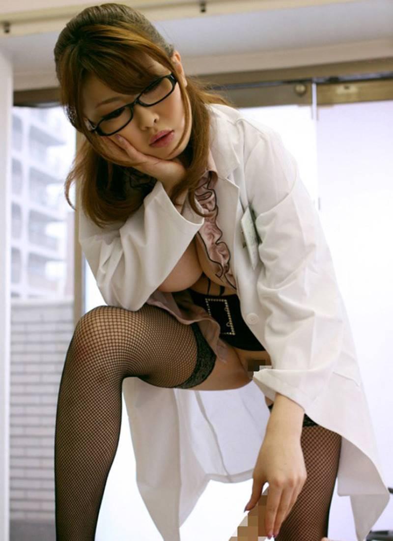 白衣がエッチな女医エロ画像 31