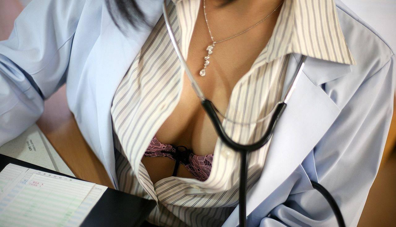 白衣がエッチな女医エロ画像 38