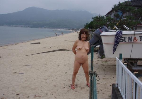 熟女の野外露出エロ画像 2