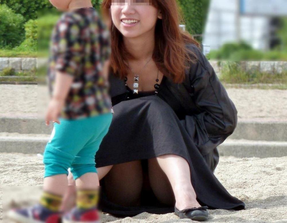 無防備な子連れママのパンチラ画像 16