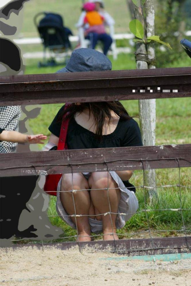 無防備な子連れママのパンチラ画像 20