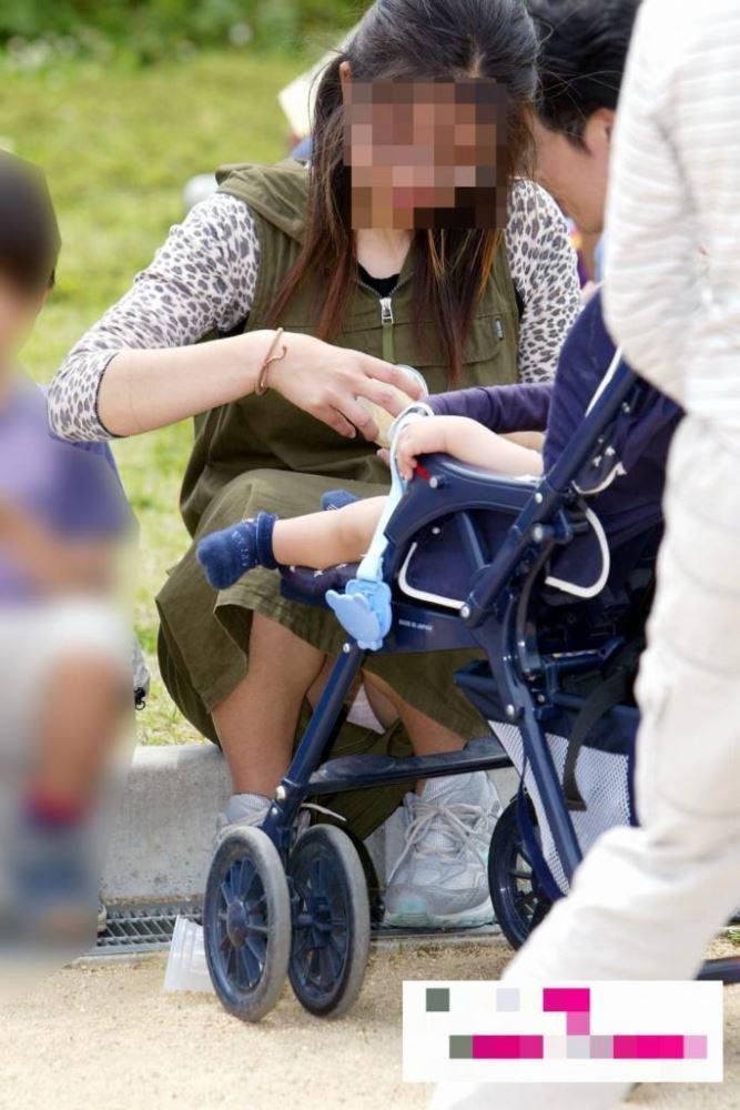 無防備な子連れママのパンチラ画像 26