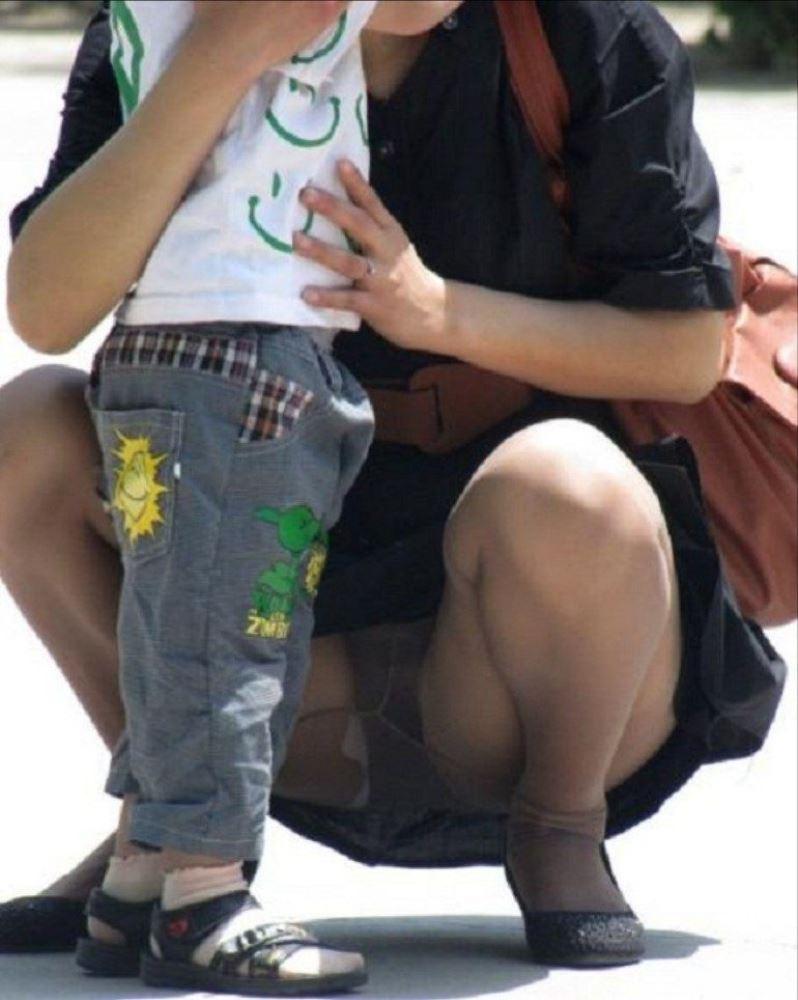 無防備な子連れママのパンチラ画像 29