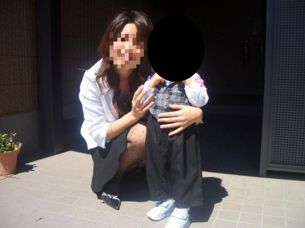 無防備な子連れママのパンチラ画像 35
