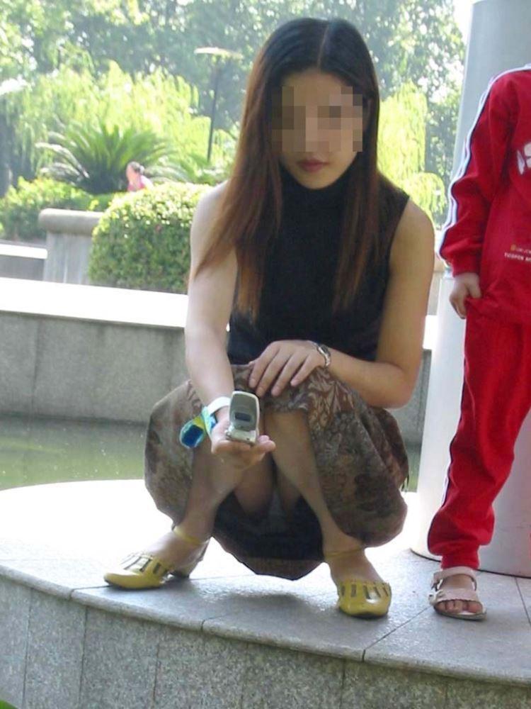 無防備な子連れママのパンチラ画像 38