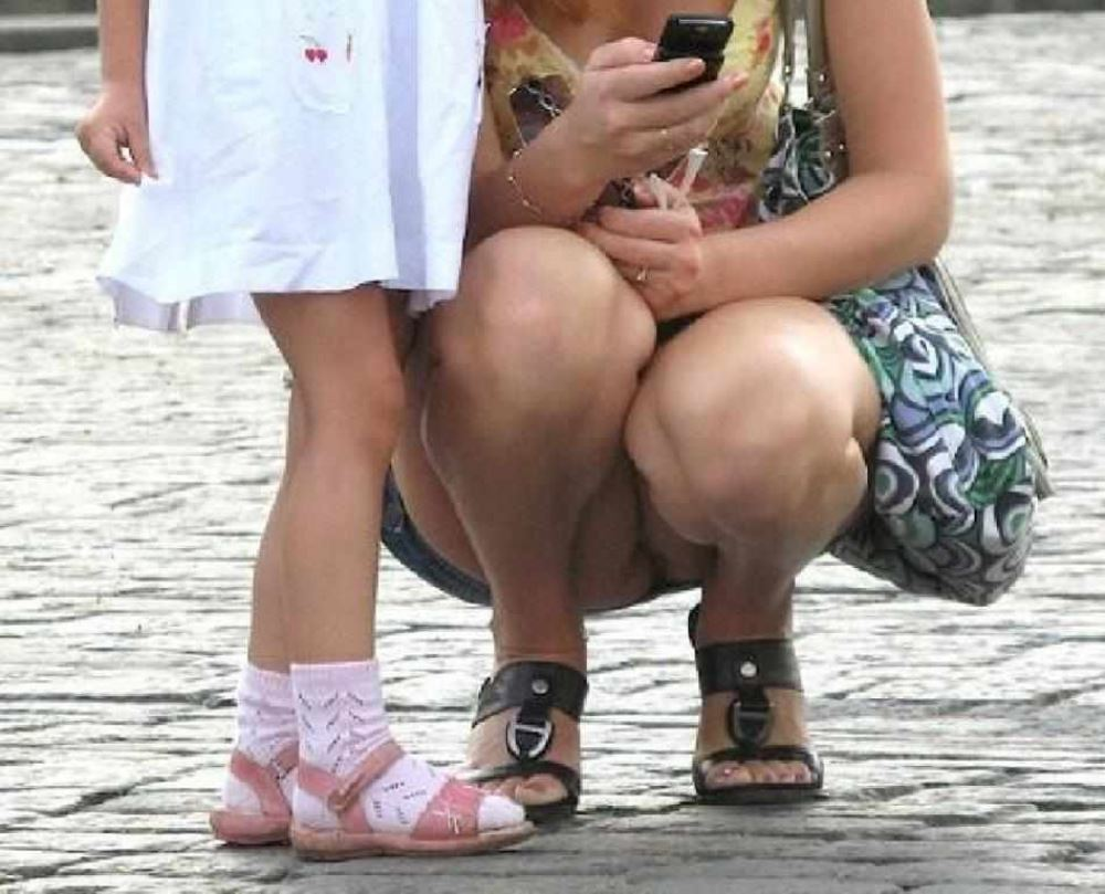 無防備な子連れママのパンチラ画像 42