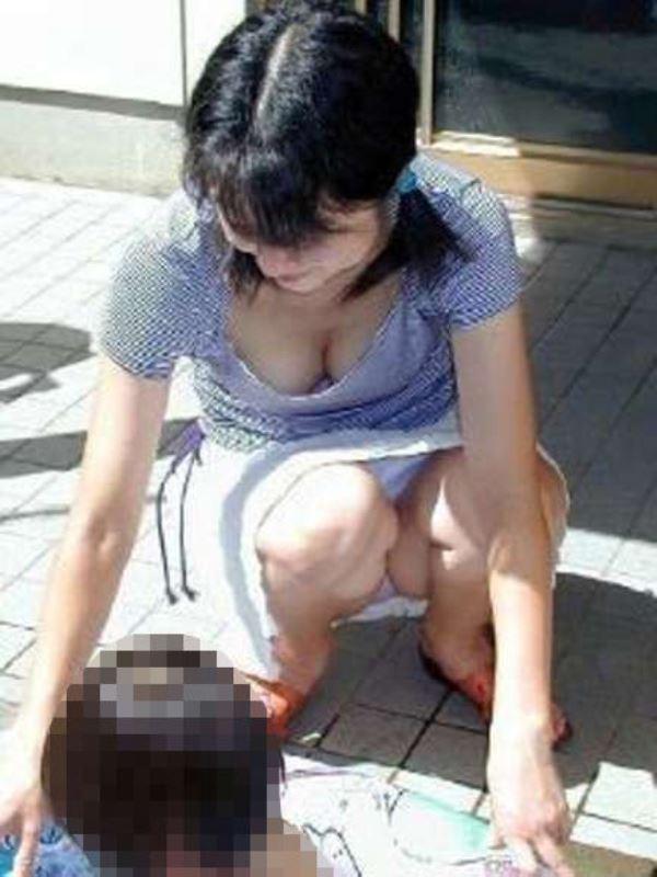 無防備な子連れママのパンチラ画像 48