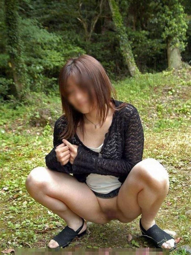 ノーパン痴女がマンコを野外露出するエロ画像 2