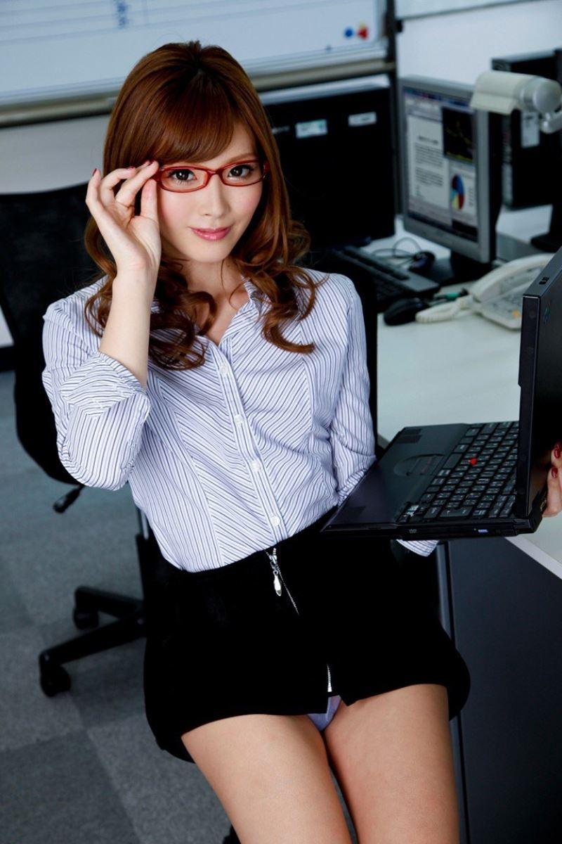 セクシーなメガネOL・加藤リナのエロ画像