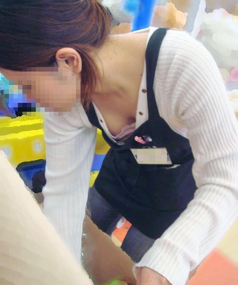 ショップ店員 前屈み胸チラ画像 32