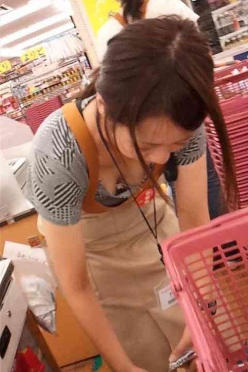 ショップ店員 前屈み胸チラ画像 34