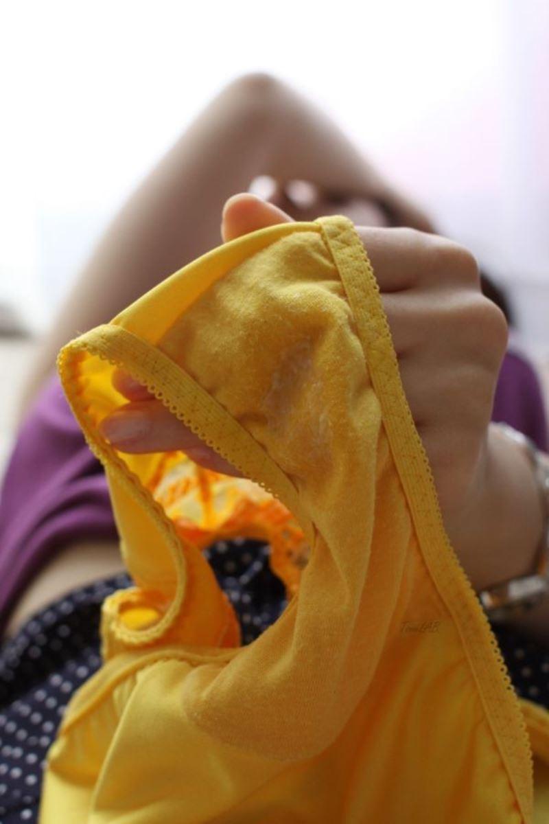 マン汁のシミがクロッチに浮かぶシミパン画像 31