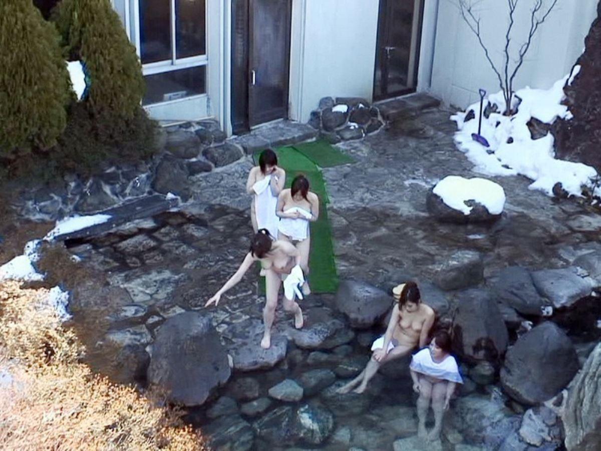 露天風呂で素人を隠し撮りした温泉盗撮画像 24
