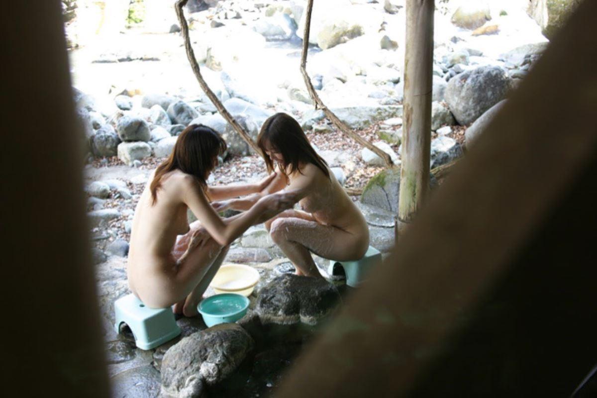 露天風呂で素人を隠し撮りした温泉盗撮画像 28