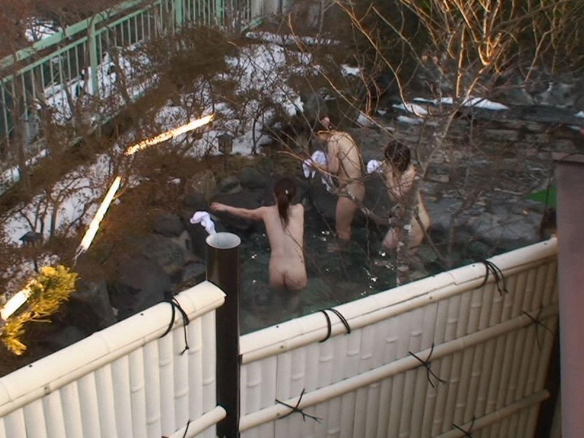 露天風呂で素人を隠し撮りした温泉盗撮画像 29