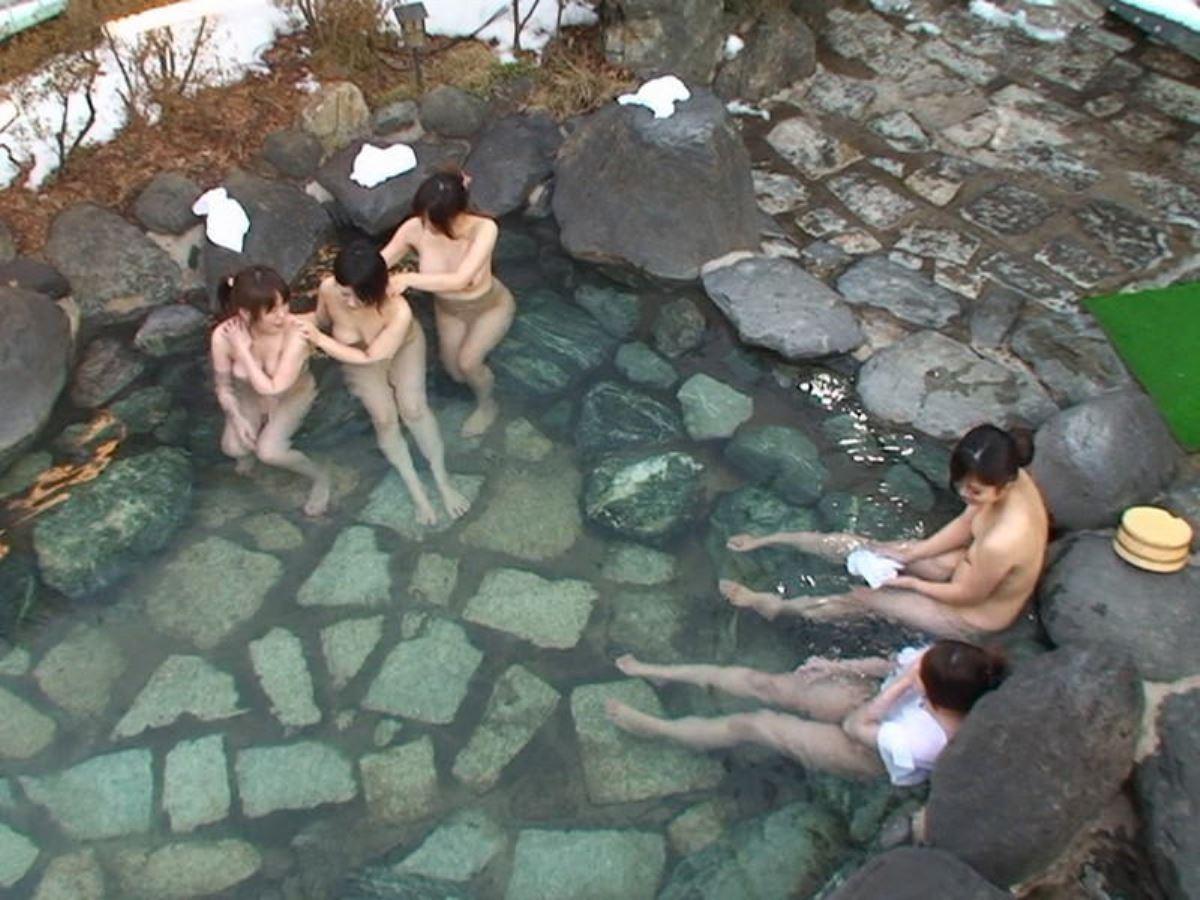 露天風呂で素人を隠し撮りした温泉盗撮画像 40